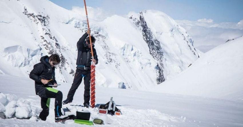 Extraen hielo prehistórico de Alpes italianos; investigan cambio climático