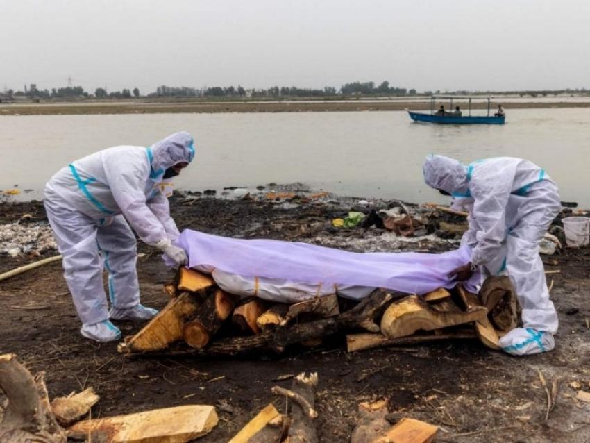 Instalan red en el río Ganges para atrapar cadáveres