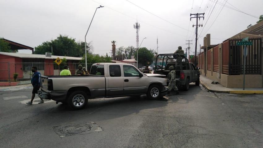 Militares se meten en sentido contrario y causan accidente